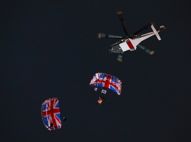 Queen Daniel Craig James Bond Parachute Jump