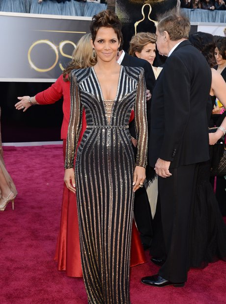 Halle Berry attends the Oscars 2013 red carpet